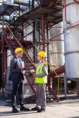 Gerente de petroquímica en discusión con trabajadores de la planta — Foto de Stock