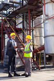Gestionnaire pétrochimique en discussion avec le travailleur d'usine — Photo