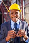 Afryki amerykański menedżer petrochemicznych z lornetki — Zdjęcie stockowe