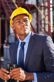 Afro americký petrochemických podnikatel s dalekohledem — Stock fotografie