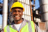 Trabajador africano en planta petroquímica — Foto de Stock