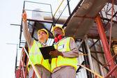 Werknemers werken bij petrochemische plant — Stockfoto