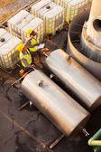 Petrokemiska medarbetare som arbetar i anläggningen — Stockfoto