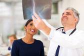 Leitender arzt untersuchen patienten röntgen — Stockfoto