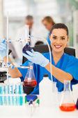 Kvinnliga forskare i ett kemiskt laboratorium — Stockfoto