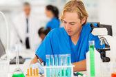 Rapport médical de mâles chercheur écrit — Photo