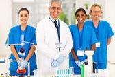 Especialista en microbiología senior con estudiantes — Foto de Stock