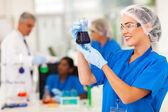 Cientista estudando substâncias — Fotografia Stock