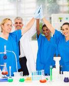 équipe performante de scientifiques élevé cinq — Photo