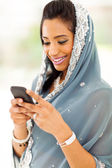 Sorrindo e-mails de leitura mulher indiana telefone inteligente — Foto Stock