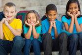 Açık havada oturma ilkokul çocukları — Stok fotoğraf