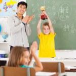 männliche Lehrer applaudierten für Studenten — Stockfoto
