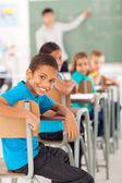 Chłopiec szkoły podstawowej w klasie patrząc — Zdjęcie stockowe