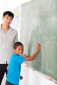 Elementary school chinese language teacher and student — Stock Photo