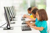 Estudiantes de escuela primaria en clase de informática — Foto de Stock