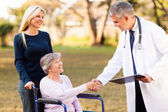 Metoda handshaking mužského lékaře s starší pacient — Stock fotografie