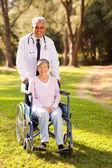 Arts en senior patiënt buitenshuis — Stockfoto
