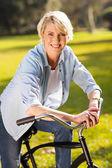 Mulher sênior, andar de bicicleta — Fotografia Stock