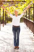 Połowie wieku kobieta z ramionami wyciągniętymi — Zdjęcie stockowe