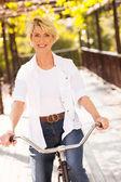 Donna matura in sella a una bicicletta — Foto Stock