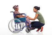 Fille africaine parlant à mère handicapée de haute — Photo