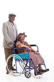 Üst düzey Afrikalı adamın karısı tekerlekli iterek — Stok fotoğraf