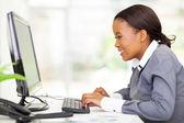 Africké podnikatelka, při pohledu na obrazovku počítače — Stock fotografie