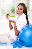 绿色沙拉的非洲裔美国女人 — 图库照片