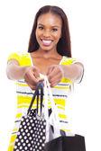 Afrikalı-amerikalı kadın alışveriş torbaları sunan — Stok fotoğraf