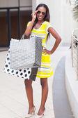 ショッピング センターで幸せなアフリカの女性 — ストック写真