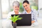 старший мать и дочь, используя портативный компьютер — Стоковое фото