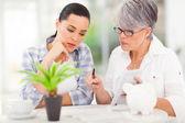 Mediados de edad madre ayudando a hija con ella financiera — Foto de Stock