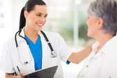 Femme médecin réconfortant middle âgés de patient — Photo