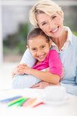 Felice nonna e nipote abbracciarsi — Foto Stock