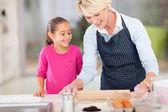 Kochająca babcia do pieczenia ciasteczek dla wnuczka — Zdjęcie stockowe