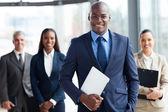Empresario africano con grupo de empresarios — Foto de Stock