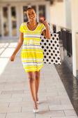 Mujer africana con bolsa de compras en el centro comercial — Foto de Stock