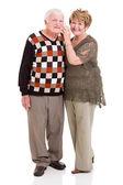 使用手机对退休的夫妇 — 图库照片
