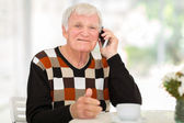 Senior hombre hablando por teléfono celular — Foto de Stock