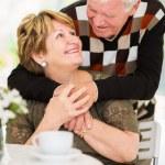 Пожилые супружеские пары обнимая — Стоковое фото #35281607