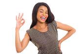 Jeune femme africaine, donnant le signe correct — Photo