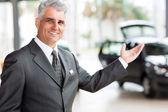 Salesman presenting cars — Stock Photo