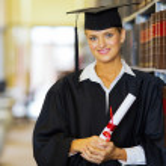 hezká absolvent poblíž polici v knihovně — Stock fotografie #42490241