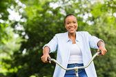 Mladé afroamerické ženy jízda na kole v lese — Stock fotografie