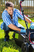 Man emptying lawnmower grass catcher — Stock Photo