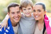 Mooie Amerikaanse familie met ons vlag — Stockfoto