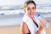 Mujer agua potable después del ejercicio — Foto de Stock