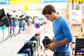 Man shopping for sander — Photo