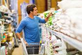 Man shopping in hardware store — Stock Photo