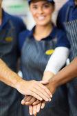 Trabajadores con las manos juntas — Foto de Stock